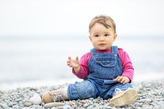 Enfant d'un an mignon jouant sur la plage Photo libre de droits