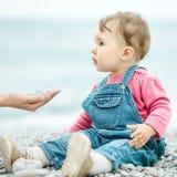 Enfant d'un an sur la plage au printemps photographie stock libre de droits