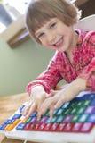 Enfant dactylographiant sur le clavier d'ordinateur coloré Photos stock