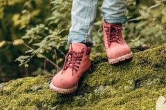 enfant dans des chaussures roses image stock