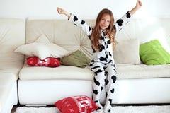 Enfant dans des pyjamas d'impression de vache Photo libre de droits