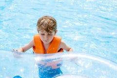 Enfant dans l'équitation de parc aquatique sur la glissière Images libres de droits