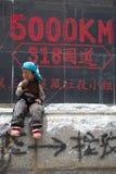 Enfant dans l'avant outre du roadsign, Thibet Photo libre de droits