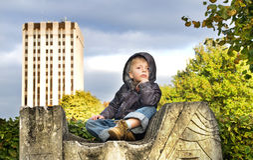 Enfant dans l'extérieur pendant l'automne Photo stock