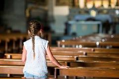 Enfant dans la belle vieille église dans la petite ville italienne Photographie stock libre de droits