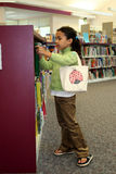 Enfant dans la bibliothèque Photographie stock libre de droits