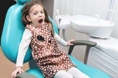 Enfant dans la chaise dentaire Photographie stock libre de droits