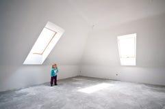 Enfant dans la pièce neuve de grenier photos libres de droits
