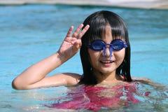 Enfant dans la piscine Photos libres de droits