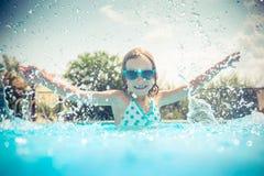 Enfant dans la piscine Photos stock