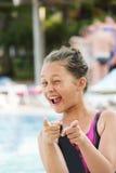 Enfant dans la piscine photographie stock