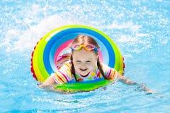 Enfant dans la piscine Bain d'enfants Jeu de l'eau Images stock