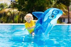 Enfant dans la piscine Enfant sur le flotteur gonflable images libres de droits