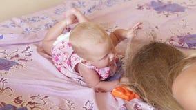 Enfant dans la robe étendue sur le lit banque de vidéos