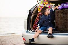 Enfant dans la voiture Image libre de droits
