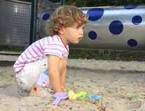 Enfant dans le bac à sable images stock