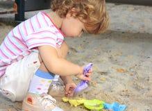 Enfant dans le bac à sable photographie stock libre de droits