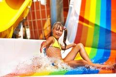 Enfant dans le bikini glissant le parc aquatique images libres de droits