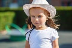 Enfant dans le chapeau blanc image stock