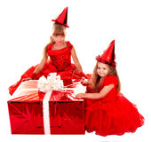 Enfant dans le chapeau de Santa avec le cadre de cadeau rouge de Noël. Photos libres de droits