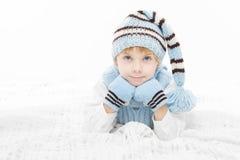 Enfant dans le chapeau et des mitaines chauds de l'hiver Photos stock