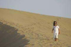 Enfant dans le désert Photo stock