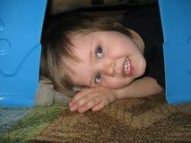 Enfant dans le fort couvrant Images libres de droits