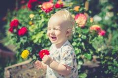 Enfant dans le jardin Image libre de droits