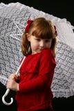 Enfant dans le parasol blanc de lacet de fixation rouge Photos stock