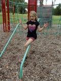 Enfant dans le terrain de jeu. Image libre de droits
