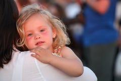 Enfant dans les bras de sa mère Image stock