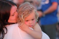 Enfant dans les bras de sa mère Image libre de droits