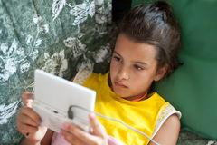 Enfant dans son temps gratuit jouant avec le jeu vidéo Photos stock