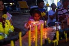 Enfant dans un temple bouddhiste pendant les célébrations d'an neuf Photos stock