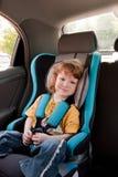 Enfant dans un véhicule photographie stock