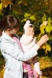 Enfant dans une élingue de chéri. Photo stock