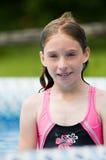Enfant dans une piscine Photo stock