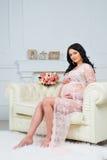 Enfant de attente de tendresse Femme enceinte regardant le ventre enceinte Images stock
