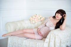 Enfant de attente de tendresse Femme enceinte regardant le ventre enceinte Photos stock
