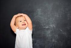 Enfant de bébé et tableau noir vide Photo stock