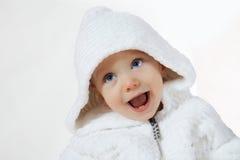 Enfant de bonheur dans le capot blanc Photos libres de droits