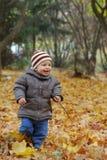 Enfant de bonheur jouant dans la forêt Photos libres de droits