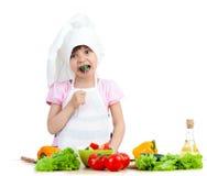 Enfant de chef avec la nourriture saine image libre de droits