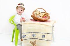 Enfant de disposition de Pâques Images stock