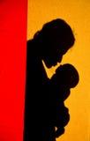 Enfant de embrassement de mère Photo stock