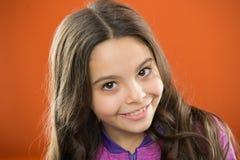Enfant de enseignement habitudes saines de soins capillaires cheveu de concept intense La substance de mélanine donnent le colora photos libres de droits