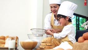 Enfant de enseignement de maman pour la nourriture de cuisinier banque de vidéos