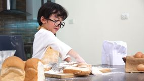 Enfant de enseignement de maman pour la nourriture de cuisinier Préparation d'un ingrédient banque de vidéos