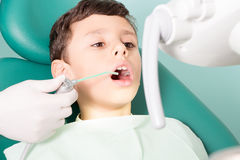 Enfant de examen ' de dentiste ; dents de s photographie stock libre de droits