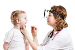Enfant de examen de docteur d'isolement sur le blanc photos stock